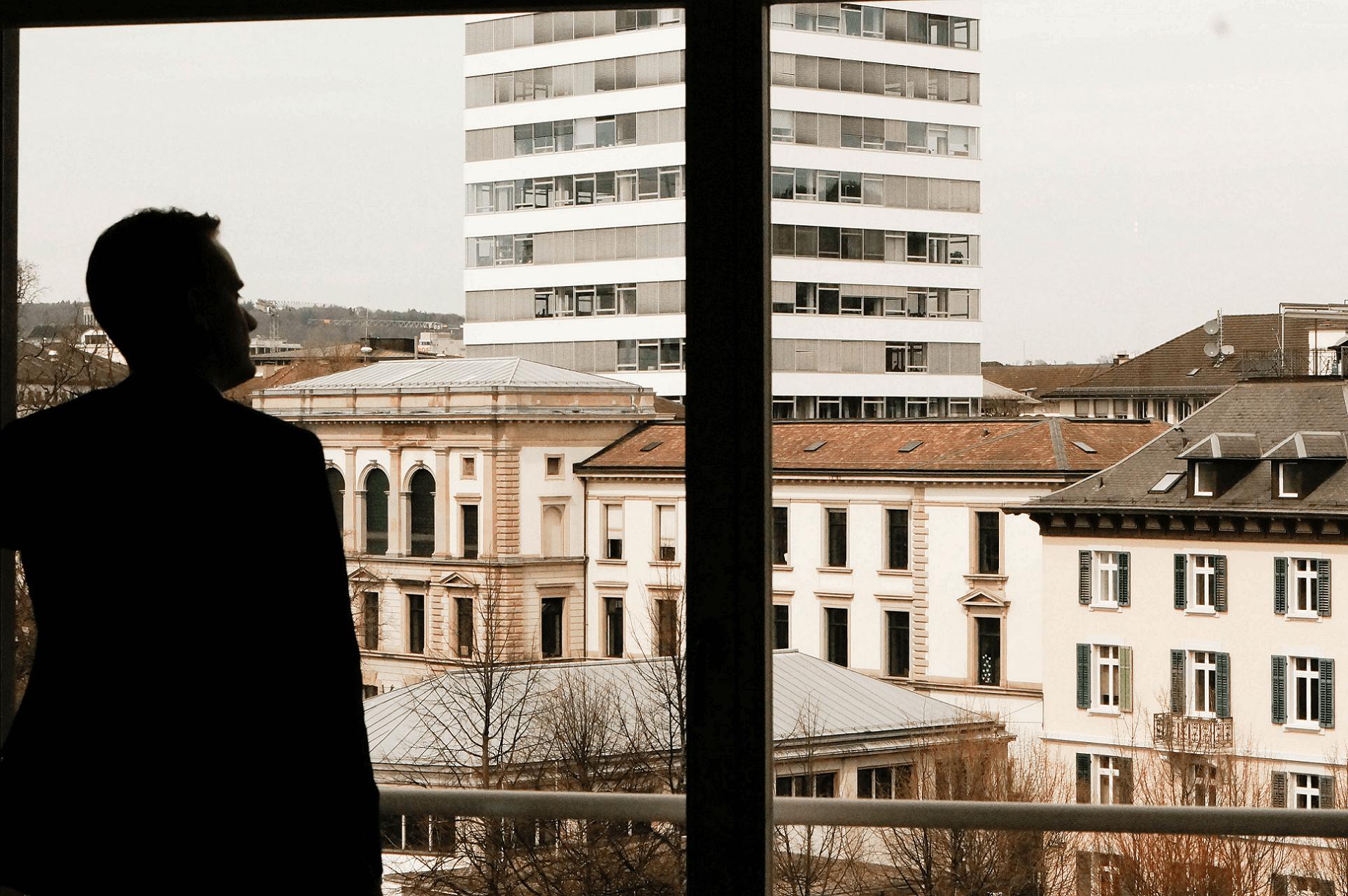 schaue aus dem Fenster